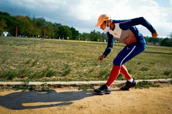 Un Cubain s'apprête à défier la montagne... en courant à reculons