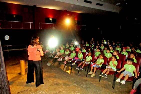 Deux cents élèves dans Le panier de Petit Louis