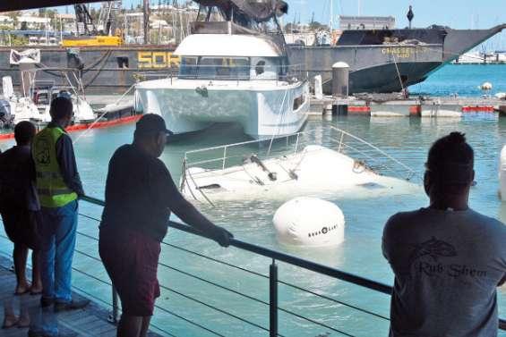 Les catamarans incendiés ont été remontés à la surface