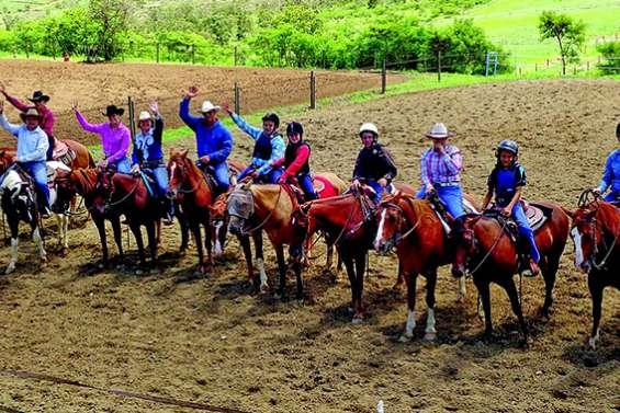 La démonstration d'équitation western attire les cavaliers à Popidéry