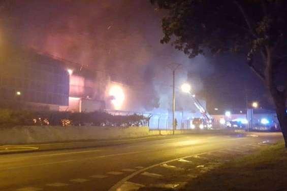 Chez Cellocal et Sofaplast, l'incendie ne faiblit pas