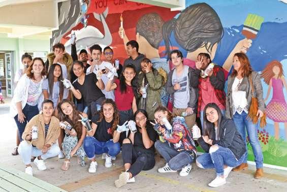 Les collégiens réalisent une fresque collective avec le graffeur Sham