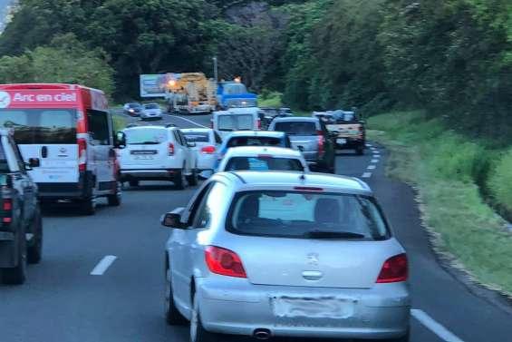 Convoi exceptionnel sur la RT1 en direction de Voh, prudence sur la route
