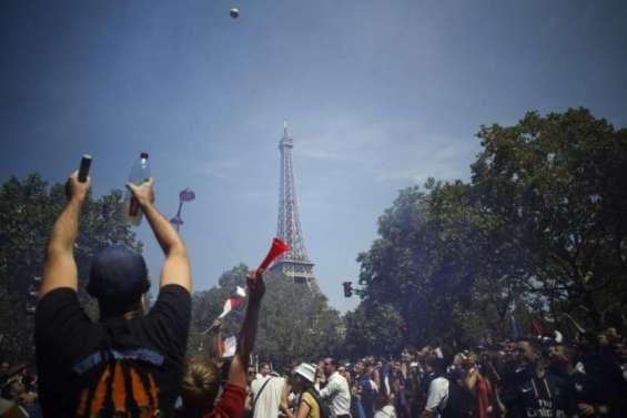La fièvre à Paris, le Champ-de-Mars pris d'assaut