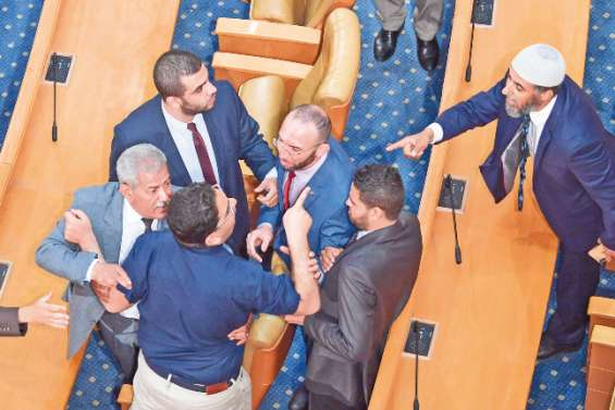 Divergences diplomatiques au sommet, débat houleux au Parlement