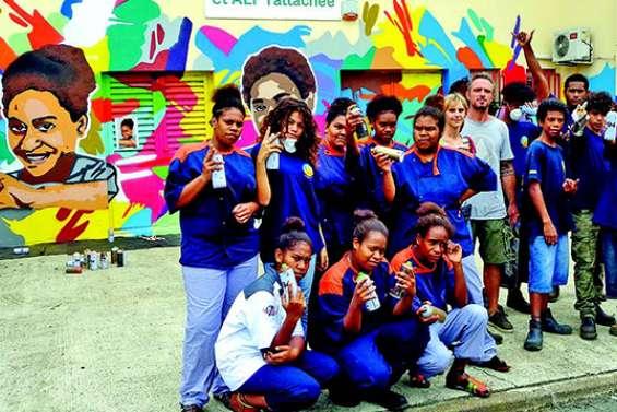 Les jeunes peignent la diversité sur les murs