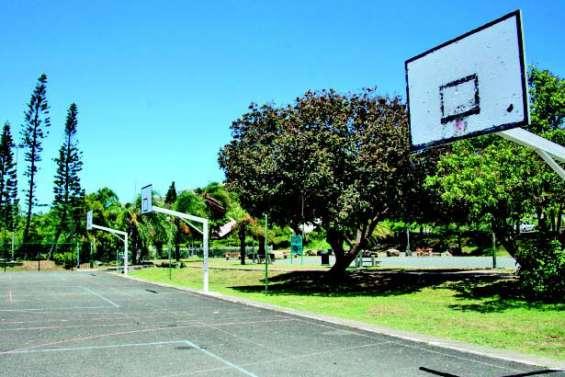 L'éclairage des terrains de basket en réparation