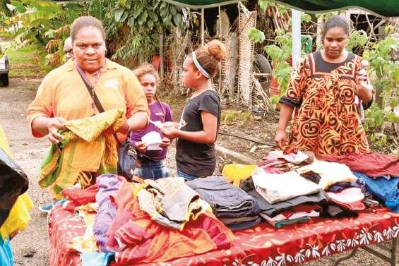Le marché vide-greniers de Kaala-Gomen passe entre les gouttes