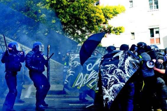 Des excréments jetés sur la police