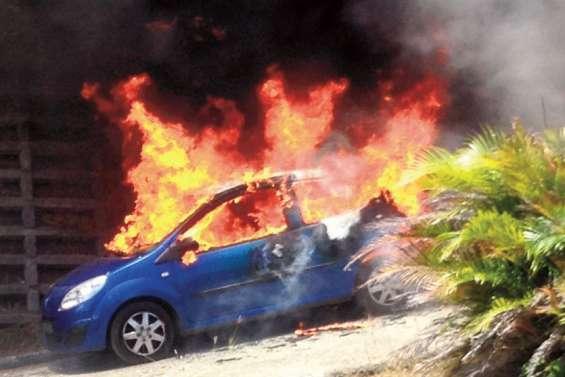 La voiture d'une infirmière est partie en fumée