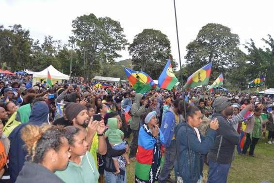 Dumbéa : des milliers de personnes rassemblées pour le « Oui » au parc Fayard