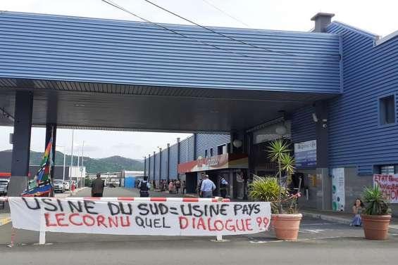 Dossier Vale : L'entrée du centre commercial Carrefour Kenu-In bloquée