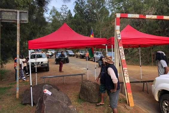Collectif pour Vale : Le pont de la rivière des Pirogues bloqué