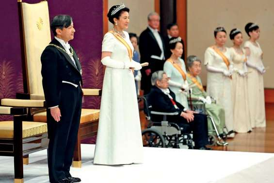 Naruhito accède officiellement au trône
