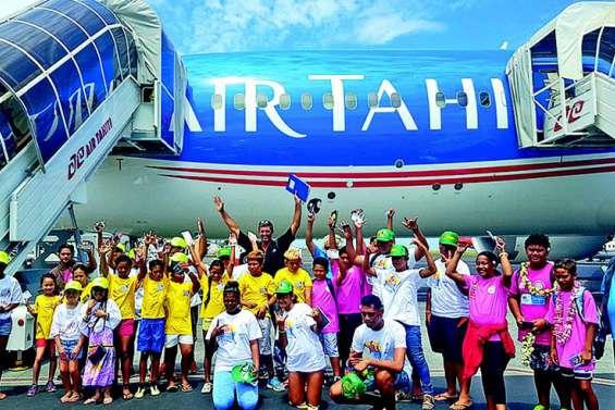 Un survol des Raromatai offert à 29 jeunes sportifs