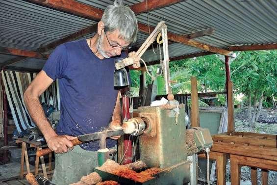 Erik Spinelli joue avec les formes et les couleurs des essences locales