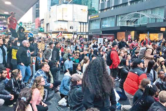 Une grande marche de solidarité à George Floyd à Auckland
