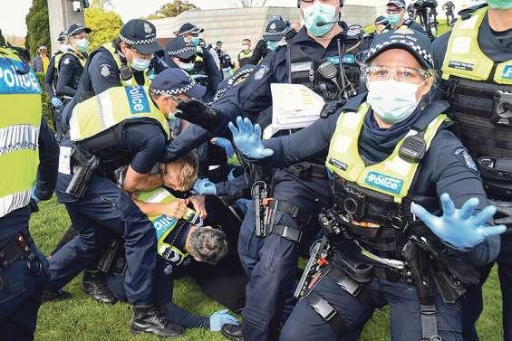 Des dizaines de manifestants anti-restrictions arrêtés