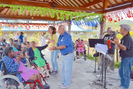 Bourail : le Kiwanis centre ouest a fait danser la maison de retraite La Broussarde