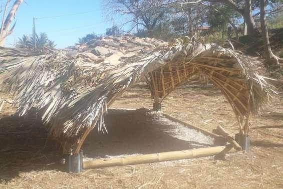 Deux abris publics en matériaux naturels ont été construits au village
