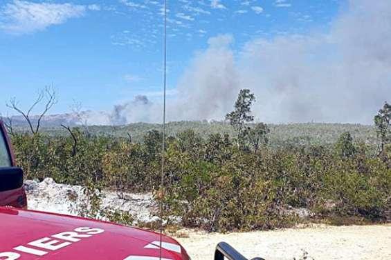 Un incendie fait rage à Poum, les pompiers en protection des habitations