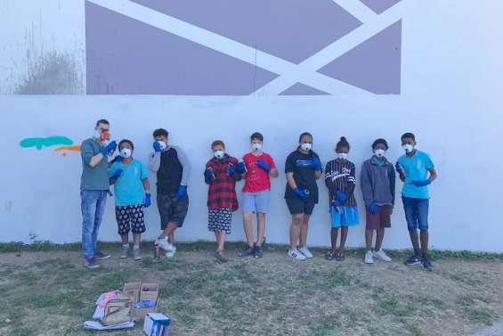 Les élèves du collège de Koné réalisent une nouvelle fresque