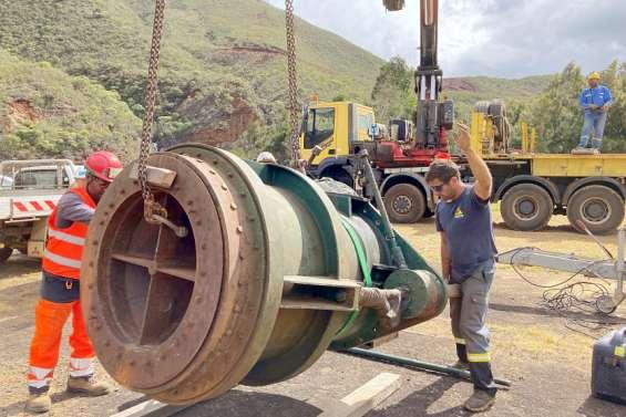 Au barrage, le remplacement d'une vanne donne lieu à un chantier inédit