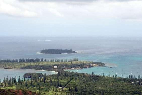 Une femme harponne son compagnon à l'île des Pins