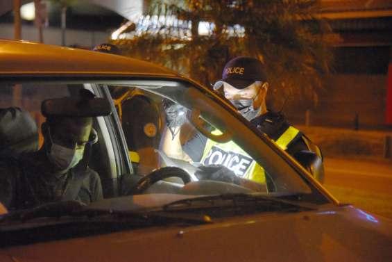 Nouméa, une ville fantôme à l'heure du couvre-feu sous la surveillance de la police