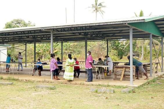 L'équipe du Vacci'tribs de retour dans les tribus de Nengone