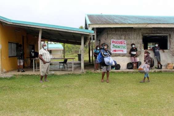 A Lifou, des élèves de retour à l'établissement scolaire de Hnaizianu