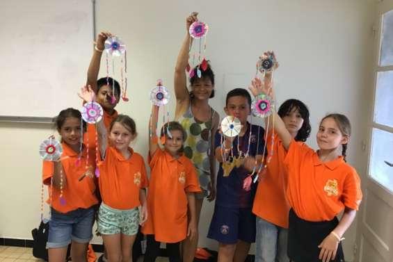 Les conseillers municipaux juniors créentdes cadeaux en recyclant