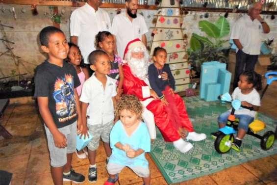 Le Lions club Bougainville amènele père Noël à Béthanie