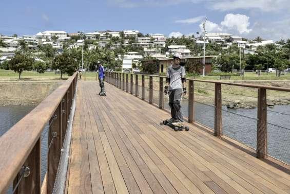 La passerelle entre le parc urbain  et la mangrove de Ouémo est ouverte