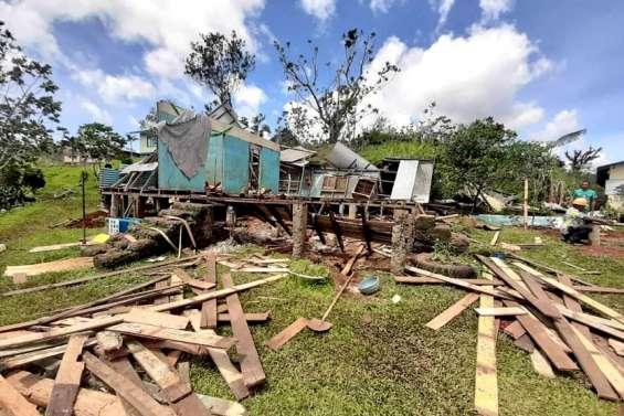 Yasa laisse une zone de guerre  après son passage aux îles Fidji