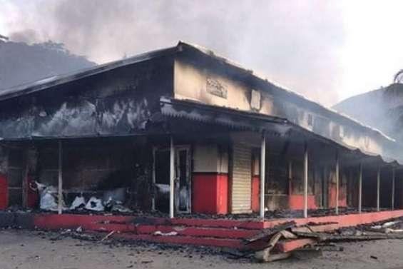 Le magasin Le Riviera détruit par les flammes à Voh