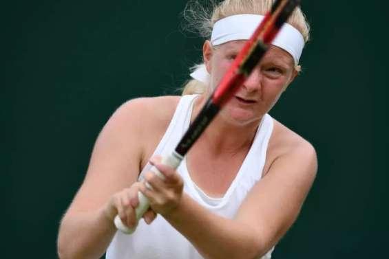 Née avec huit doigts, elle se qualifie pour l'Open d'Australie