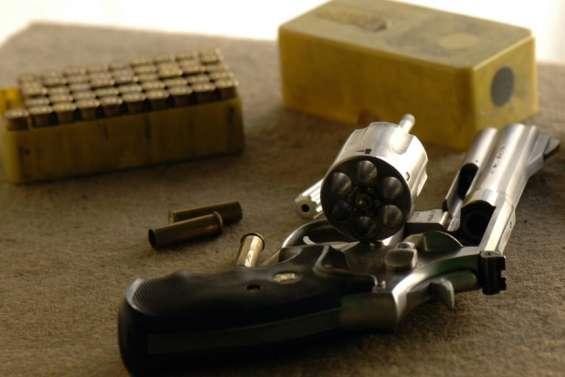 Des enquêteurs sur les traces d'un trafic d'armes