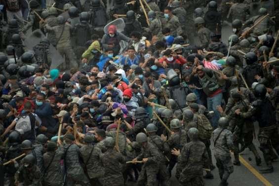 Les migrants honduriens en route vers les Etats-Unis se heurtent à la police guatémaltèque