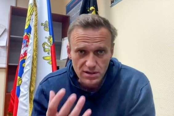 Incarcéré, l'opposant Navalny appelle les Russes à