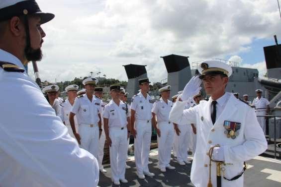 Le lieutenant de vaisseau Romain Docquois prend le commandement du patrouilleur La Glorieuse