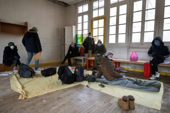 Des migrants occupent une école parisienne pour réclamer leur mise à l'abri