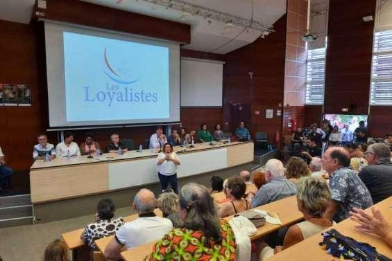 Salle bondée pour la grande réunion des Loyalistes