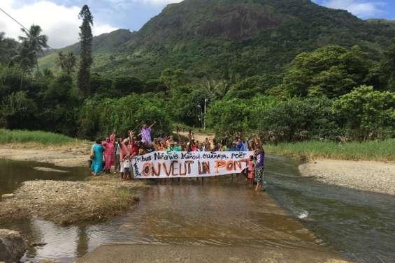 Les habitants de la vallée de Wakaya mobilisés devant la mairie
