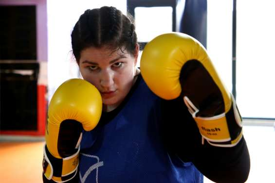 En Albanie, l'unique boxeuse brise les tabous