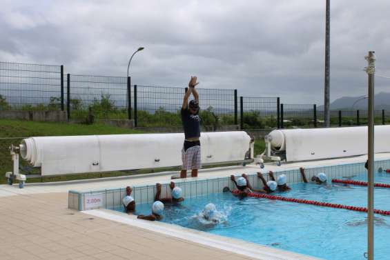 Les enfants des tribus de Koné et de Poya à l'eau