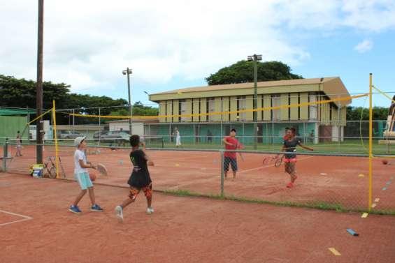 Les jeunes fêtent le tennisà Pouembout
