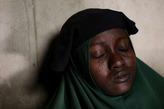 Pleurs et angoisse dans le nord-ouest du Nigeria après l'enlèvement de 317 adolescentes