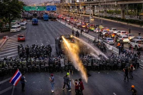Balles en caoutchouc et canons à eau contre les manifestants