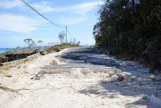 La route de Tadine et le port dégradés